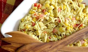 Sałatka z makaronem ryżowym, kurczakiem w curry i ananasem