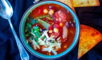 Ostra zupa meksykańska z kiełbasą i cieciorką – rozgrzewająca i sycąca