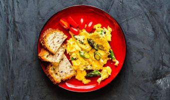 Jajecznica ze szparagami - sezonowa klasyka na śniadanie