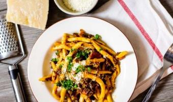 Maccheroni al ferretto z ragu bolognese –  przepis na wołowinę z oryginalnym makaronem