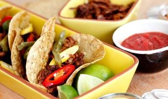 Tacos z szarpanym indykiem w sosie mole i marynowanymi papryczkami chili