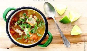 Meksykańska zupa fasolowa frijoles charros z wieprzowiną