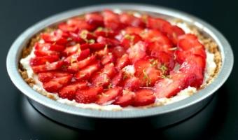 Tarta na herbatnikach z serkiem mascarpone i truskawkami