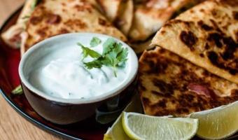 Limonkowy dip z jogurtu greckiego - idealny do grillowanych mięs i klasycznych przekąsek