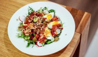Sałatka z jajkiem i prażoną szynką serrano w dressingu musztardowo-miodowym