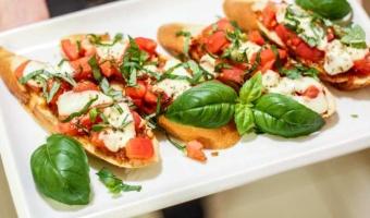 Zapiekana w piecu bruschetta z pastą z suszonych pomidorów - pyszny sposób na włoską przekąskę