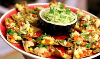 Tradycyjne nachos z sosem majonezowym smoked chipotle i guacamole